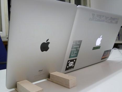 Rückseitenaufname von iPad und Laptop